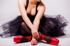 关闭年轻白肤金发的芭蕾舞女演员的身体 库存图片