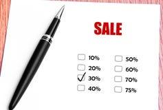 关闭黑笔和被检查的30%被打折的率在推销活动 库存图片