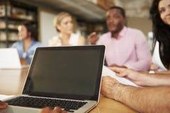 关闭建筑师使用的膝上型计算机在会议 免版税库存照片