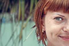 关闭年轻美丽的妇女半面孔画象绿色叶子的  热带海岛巴厘岛,印度尼西亚 美丽 图库摄影