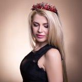 关闭年轻美丽的白肤金发的妇女画象冠的在b 免版税图库摄影