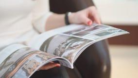 关闭 美好的女孩读书妇女` s杂志光泽 影视素材
