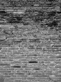 关闭黑色和白色古代人砖墙纹理 免版税库存图片