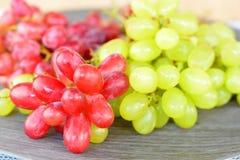 关闭绿色和红葡萄 免版税库存图片