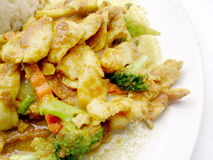 关闭绿色咖喱与鸡的油煎的菜在盘,可口油煎的油煎的菜用鸡绿色咖喱,泰国食物 免版税库存照片