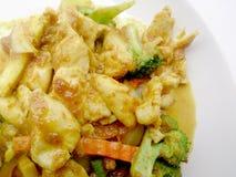 关闭绿色咖喱与鸡的油煎的菜在盘,可口油煎的油煎的菜用鸡绿色咖喱,泰国食物 图库摄影