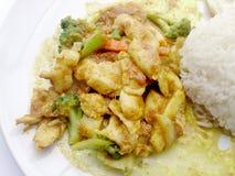 关闭绿色咖喱与鸡的油煎的菜在盘,可口油煎的油煎的菜用鸡绿色咖喱,泰国食物 库存图片