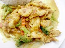 关闭绿色咖喱与鸡的油煎的菜在盘,可口油煎的油煎的菜用鸡绿色咖喱,泰国食物 库存照片
