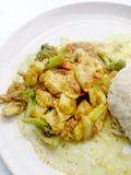 关闭绿色咖喱与鸡的油煎的菜在盘,可口油煎的油煎的菜用鸡绿色咖喱,泰国食物 免版税库存图片