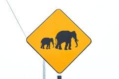 关闭黄色在路的大象wanring的标志 免版税图库摄影