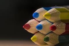 关闭黄色,红色,蓝色和绿色铅笔宏观射击  免版税库存图片