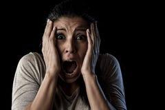 关闭画象年轻可爱的拉丁妇女叫喊绝望尖叫在最初恐惧情感 库存图片
