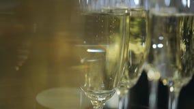 关闭 起泡在葡萄酒杯里面的香槟 影视素材
