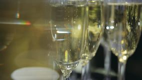 关闭 起泡在葡萄酒杯里面的香槟 股票视频