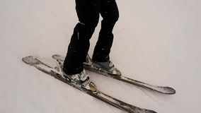 关闭滑雪在山坡下的人 股票视频
