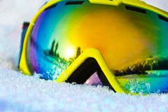 关闭滑雪帽看法在雪的与雪花 免版税库存照片