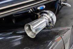 关闭BMW 340葡萄酒车的储蓄图象汽车喇叭垫铁  免版税图库摄影