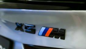 关闭BMW X5M商标跑车的看法 M表现编辑 汽车外部细节 图库摄影
