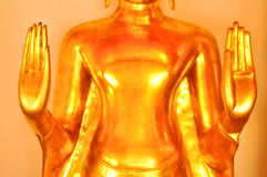 关闭budha的手在泰国寺庙的 免版税图库摄影