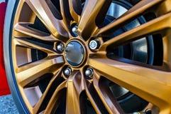 关闭car& x27; s橙色外缘,没有象征的轮子 免版税库存图片