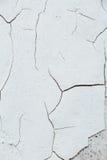 关闭Chipped白色削皮油漆,报道的w纹理裂缝  库存图片