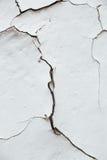 关闭Chipped白色削皮油漆,报道的w纹理裂缝  免版税库存图片