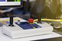 关闭cnc cmm机器控制的高技术和准确性控制杆在桌上 免版税库存图片