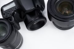 关闭dslr照相机和透镜在白色 免版税库存照片