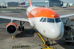 关闭Easyjet空中客车飞机准备好乘客在曼彻斯特国际机场-白天2019年 免版税库存照片
