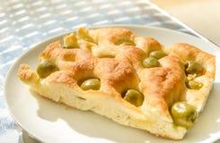 关闭foccacia橄榄面包 库存图片