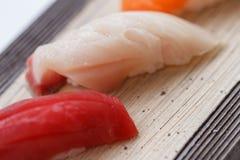 关闭Hamachi黄色尾巴从在石板材设置的寿司的鱼寿司 库存图片