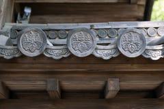 关闭Hanagawara或瓦装饰细节与花卉和工厂设计传统日本建筑学的 免版税库存照片