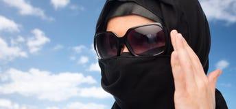 关闭hijab和太阳镜的回教妇女 免版税库存图片