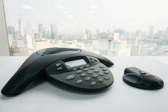 关闭IP有无线报告人的会议电话在桌上 免版税库存照片