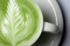 关闭matcha在杯子的绿茶拿铁 免版税库存图片
