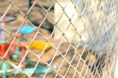 关闭Playgroung篱芭,在篱芭的焦点 免版税库存图片