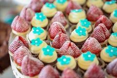 关闭strawberrys和微型杯子 免版税图库摄影