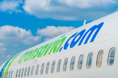 关闭Transavia波音737-700飞行在伯其拉机场 免版税图库摄影