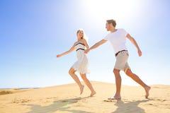 关系-浪漫愉快的夫妇嬉戏和 免版税库存图片