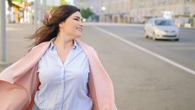 兴奋心情愉快的妇女春天旋转街道 股票视频