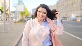 兴奋心情愉快的妇女春天步城市太阳 影视素材