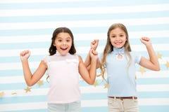 兴奋的片刻一起 一起哄骗愉快女小学生的青春期前 女孩微笑的愉快的面孔激动的表示立场 免版税库存图片