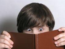 兴奋阅读程序年轻人 免版税库存照片
