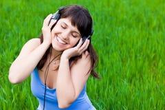 兴高采烈女孩的耳机 免版税图库摄影