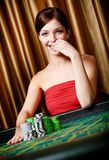 兴高采烈的妇女在轮盘赌表 免版税库存图片