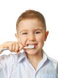 兴高采烈的男孩清洗牙 免版税库存照片