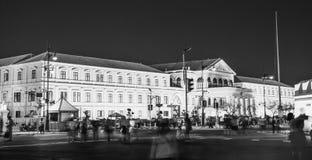 兵部黄色大厦在晚上在曼谷 库存照片