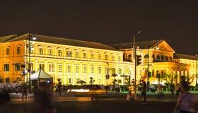 兵部黄色大厦在晚上在曼谷 免版税库存图片