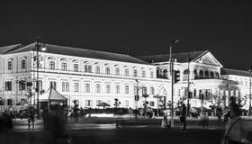 兵部黄色大厦在晚上在曼谷 库存图片