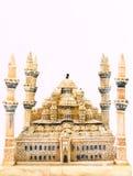 在白色背景隔绝的一个蓝色清真寺模型字体视图 免版税库存图片